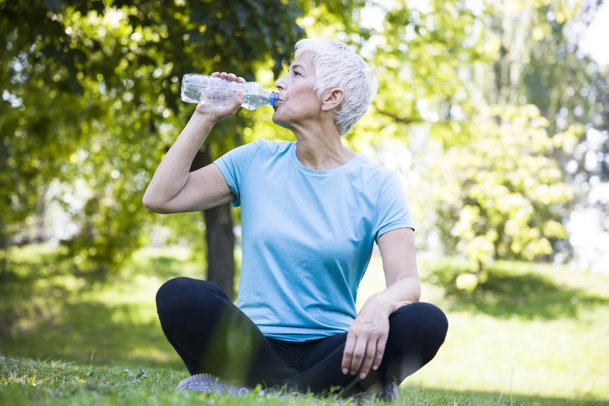 como desinflar el vientre: bebe agua
