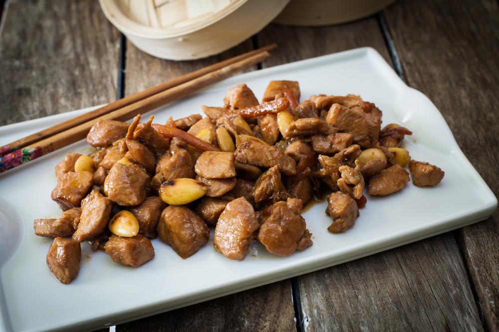 recetas con cardos: pollo con almendras y verduras crudas amargas