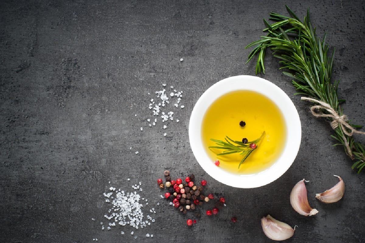 alimentos que no se deben guardar en el frigorífico: aceite de oliva y de semillas