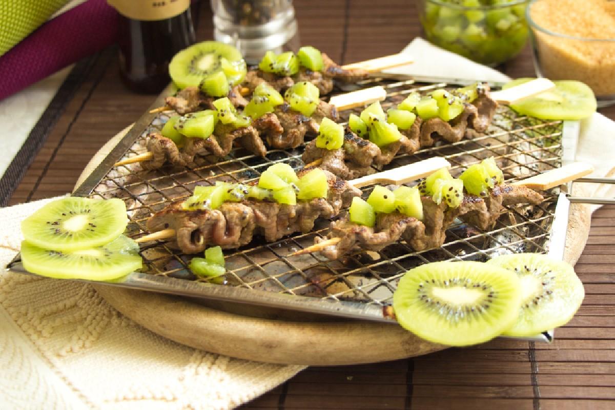 Las brochetas de carne y kiwi son un segundo plato de carme ligero y sin gluten.