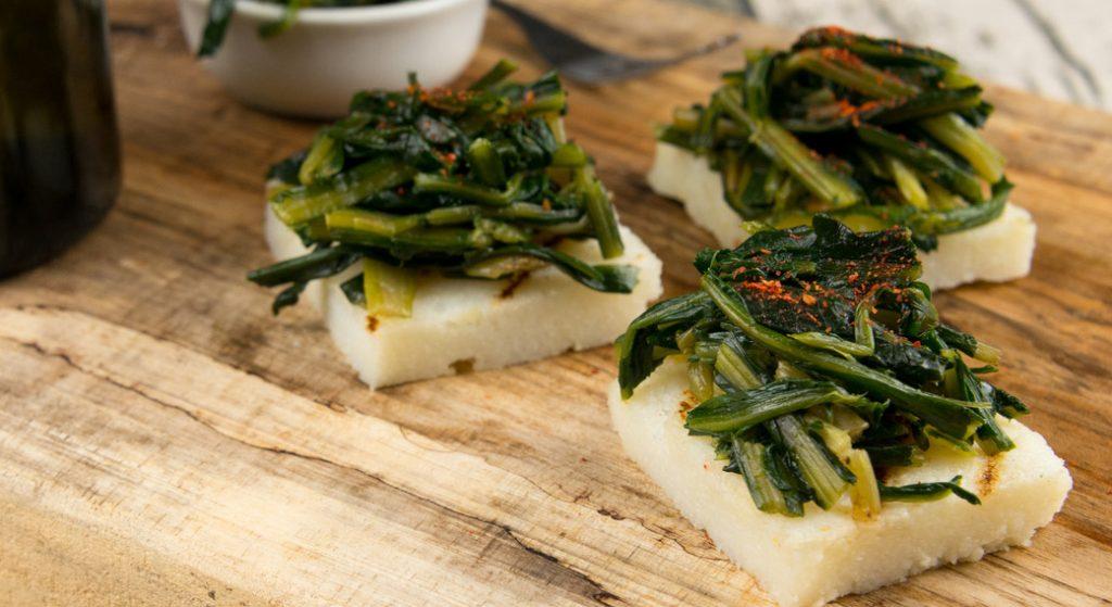 Los canapés de polenta son un aperitivo rápido, ligero y sin gluten.